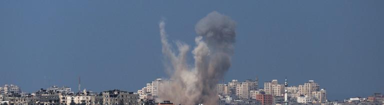 Rauch steigt nach einem israelischen Raketenangriff in Gaza-Stadt auf