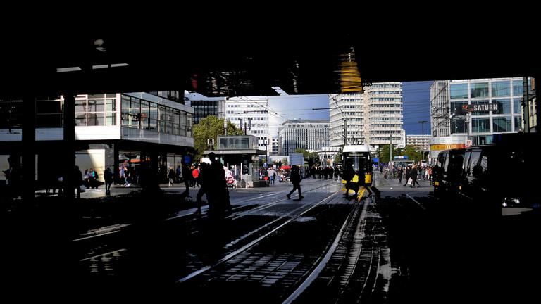 Fußgänger und Straßenbahn: Verkehr am Alexanderplatz