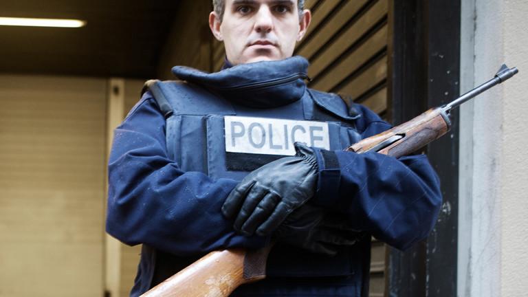 Ein Polizist mit Gewehr vor der Redaktion der franzöischen Tageszeitung La Liberation in Paris