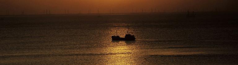 Romantische Stimmung bei Sonnenuntergang am Kaspischen Meer.