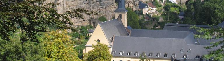 Die Burg Lucilinburhuc befindet sich in einer Höhe von rund 282 m auf dem so genannten Bockfelsen, den Graf Siegfried 963 erwarb. Darunter die Teilansicht der Kasematten. Im Hintergrund der Kirchberg mit seiner Skyline.