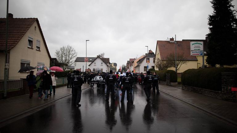 Neonazis marschieren am 30. Januar 2016 durch das hessische Büdingen