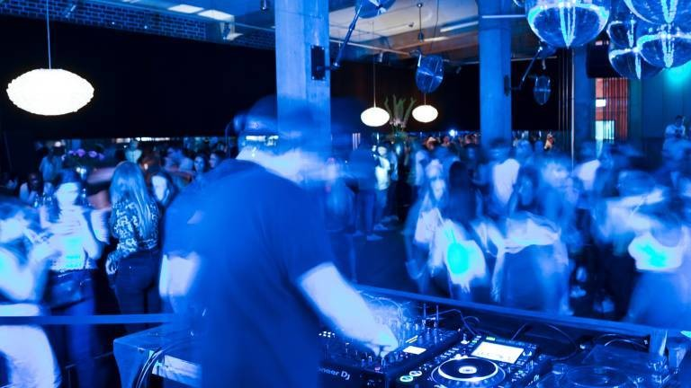 Dutzende Menschen tanzen im Club Kantine in Ravensburg. Dank eines Modellprojektes darf der Klub öffnen.