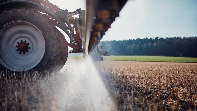 Ein Traktor fährt bei Göttingen in Niedersachsen Ende März über ein Feld und bringt mittels einer gezogenen Anhängespritze zur Saatbettbereinigung Glykosphat aus