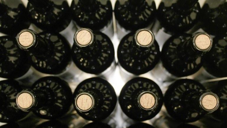Weinflaschen während der Produktion