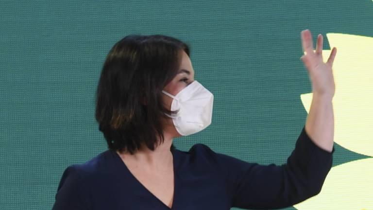 Annalena Baerbock winkt bei der Pressekonferenz, in der sie ihre Kanzlerkandidatur für die Grünen 2021 verkündet.