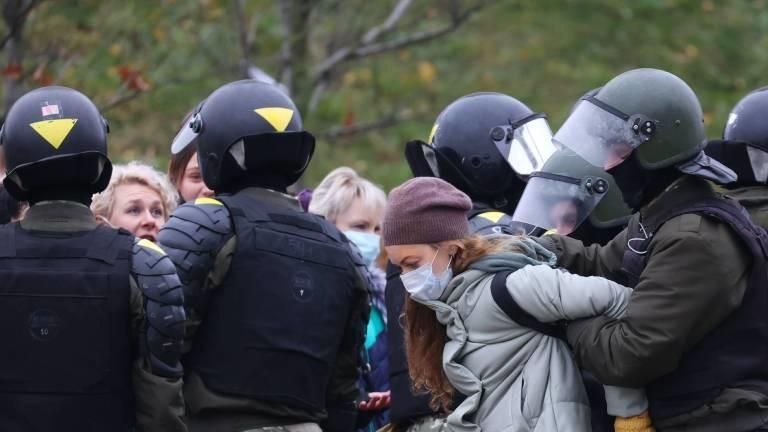 Staatsbeamte nimmt die Teilnehmerin eines Protests in Belarus fest.