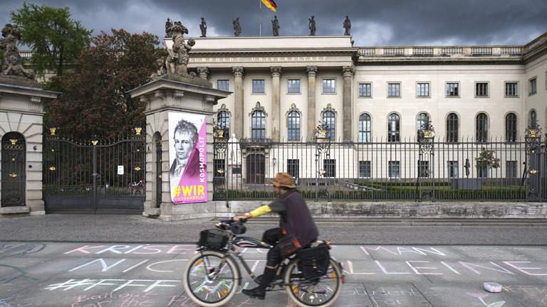 Radfahrer vor der Humboldt-Universität