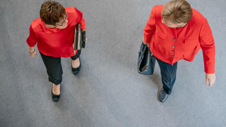 Merkel und AKK gehen gemeinsam