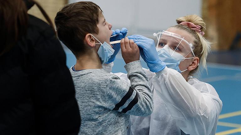 Kind bekommt Abstrich für einen Coronavirus-Test