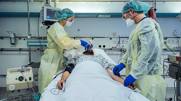 Symbolfoto: Doctors caring for patient in emergency care unit of a hospital model released