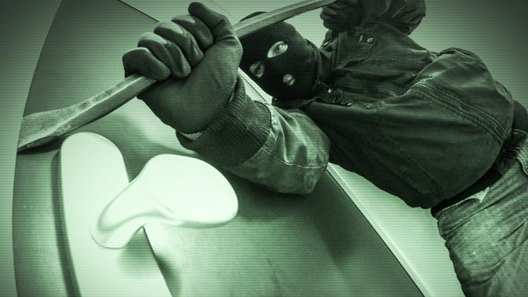 Einbrecher wird von einer Kamera gefilmt