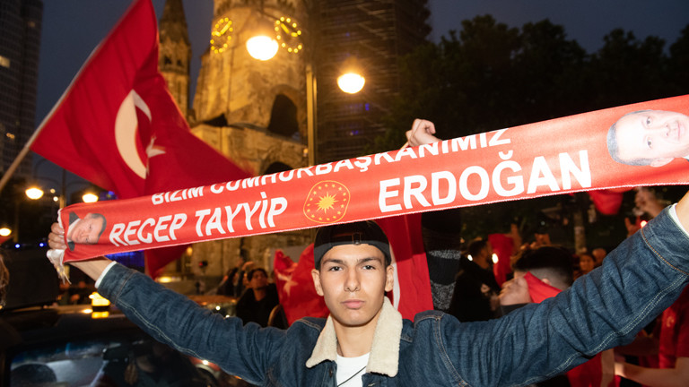 Erdogan-Anhänger hält ein Banner hoch.