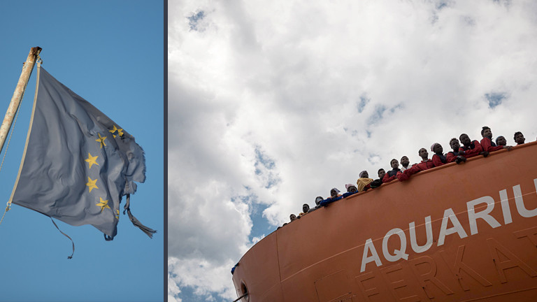 Schiff mit Flüchtlingen und eine europäische Flagge