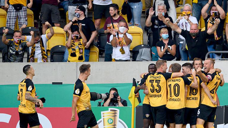 Dynamo-Spieler und Fans nach einem Tor