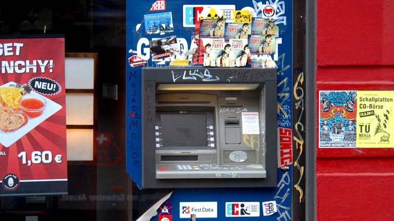 Geldautomat mit Graffitis