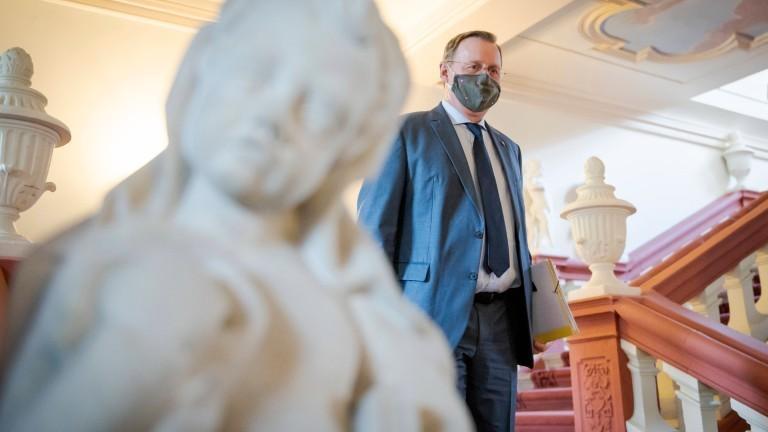 Thüringens Ministerpräsident Bodo Ramelow (DIE LINKE) mit Mundschutz auf dem Weg zur Medienkonferenz in der Thüringer Staatskanzlei.