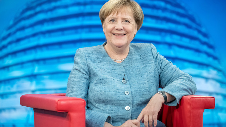 """26.08.2018, Berlin: Bundeskanzlerin Angela Merkel (CDU) spricht vor Beginn der Aufzeichnung der ARD-Sendung """"Bericht aus Berlin"""", dem traditionellen Sommerinterview der ARD"""