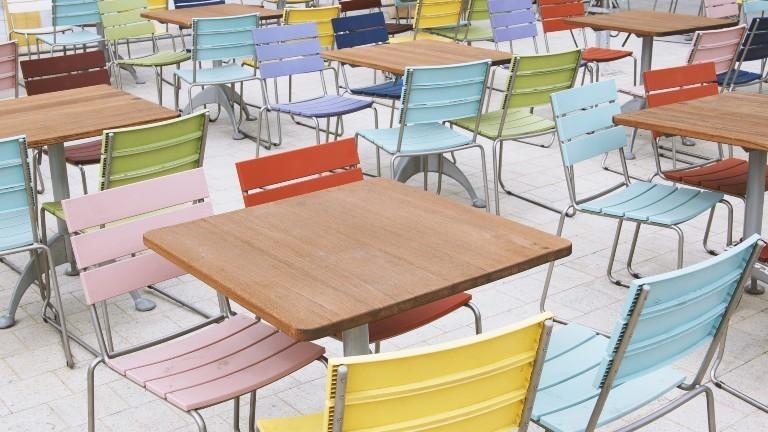 Leere Tische und Stühle in einem Café