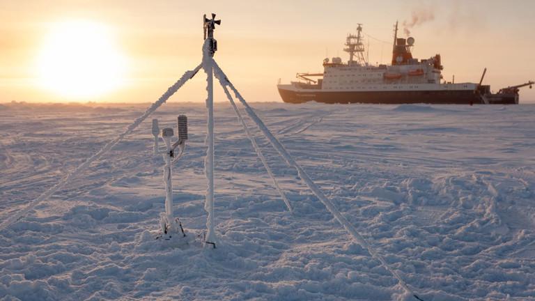 Ein Eisbrecher in der Arktis.