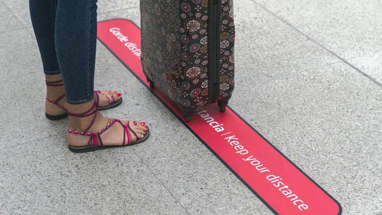 Frau mit einem Reisekoffer