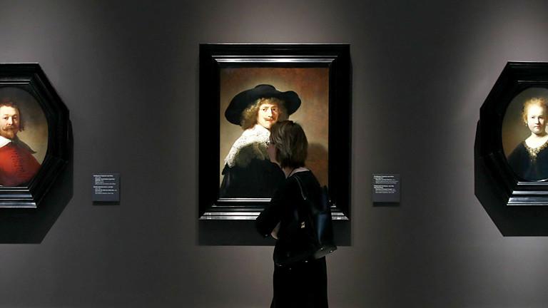 Frau in einer Kunstausstellung