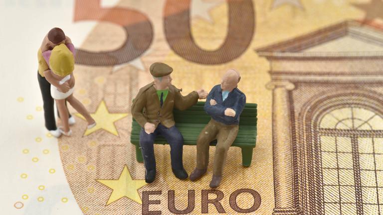 Symbolbild Rente mit Rentnern auf einer Bank.