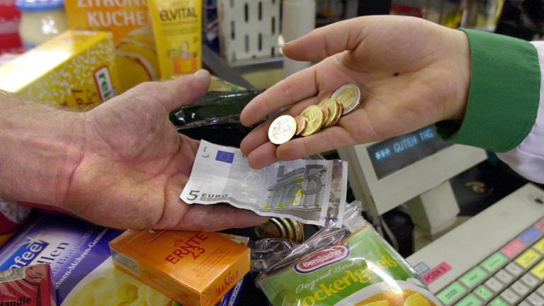Eine Kassiererin gibt am 24.5.2002 in einem Lebensmittelgeschäft im niederbayerischen Straubing einem Kunden Wechselgeld.