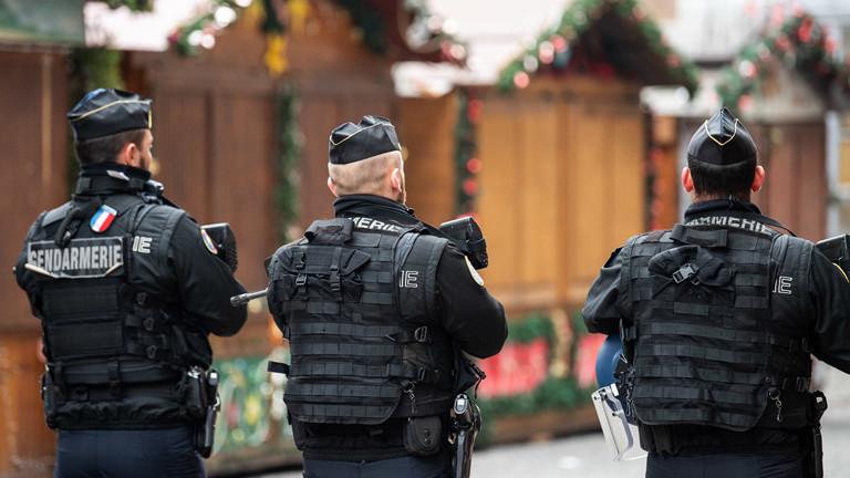 Polizisten auf einem Weihnachtsmarkt.