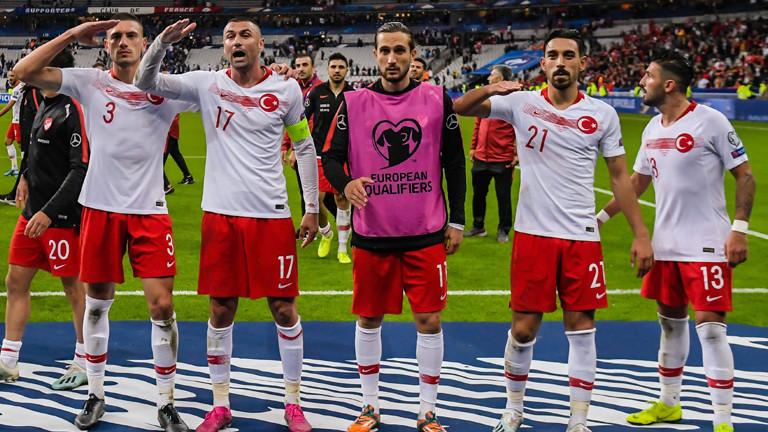Türkische Nationalspieler zeigen Militärgruß