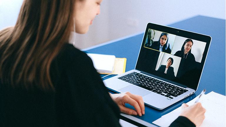 Laptop mit Frauen im Videochat