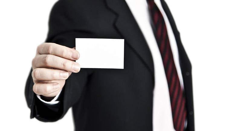 Mann zeigt eine leere Visitenkarte