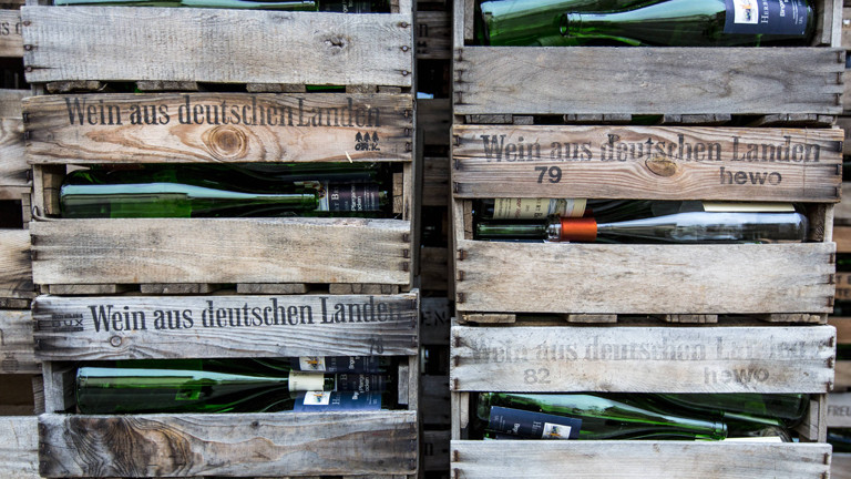 Weinflaschen in einer Kiste