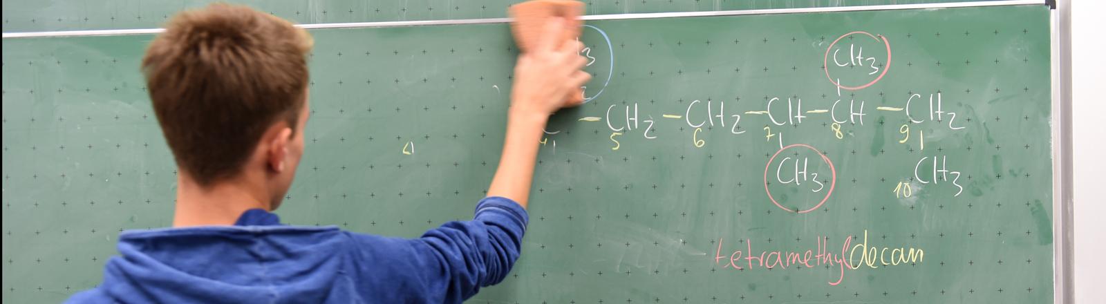 Schüler steht vor einer Tafel