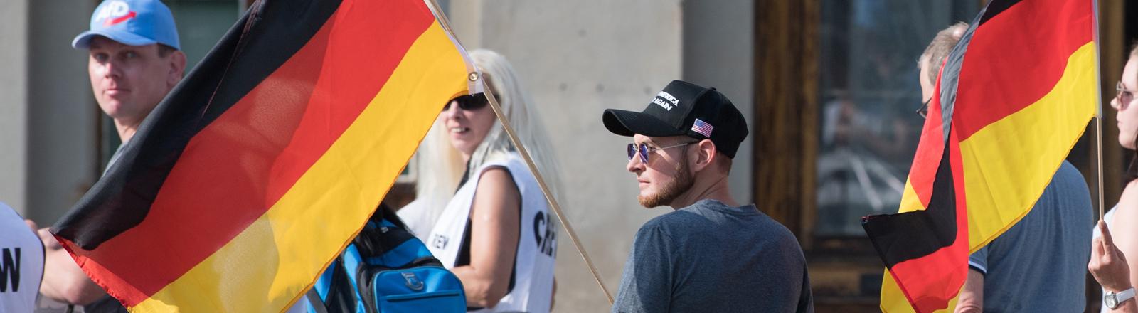 """Junger Teilnehmer einer Demonstration der rechtsgerichteten Bewegung """"Görlitz wehrt sich"""""""