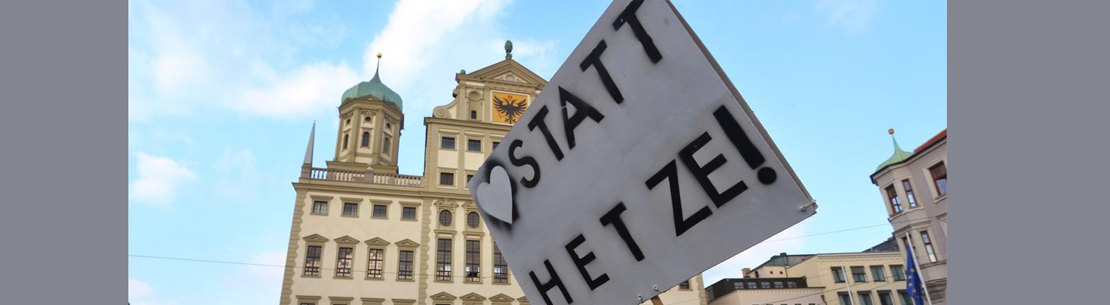 """""""Liebe statt Hetze"""" steht auf einem Plakat."""