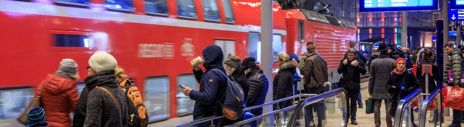Menschen auf einem Bahnsteig
