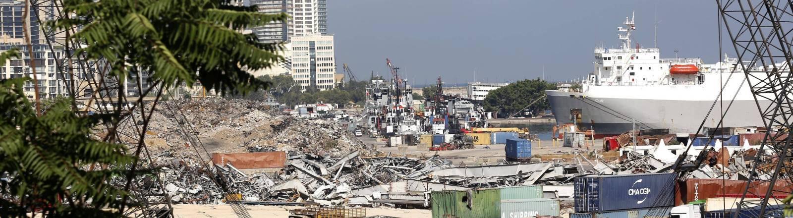 Container und Schutt am Hafen von Beirut mit einem Wolkenkratzer im Hintergrund