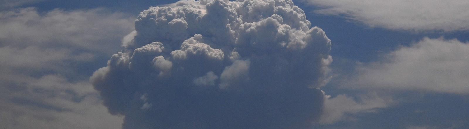 Eine hoch-aufgetürmte Wolke