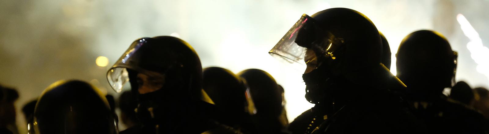 Polizisten mit Helm