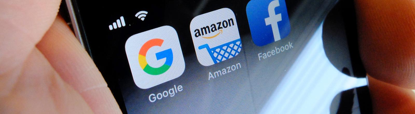 Die Apps con Google, Amazon und Facebook auf einem Smartphone.