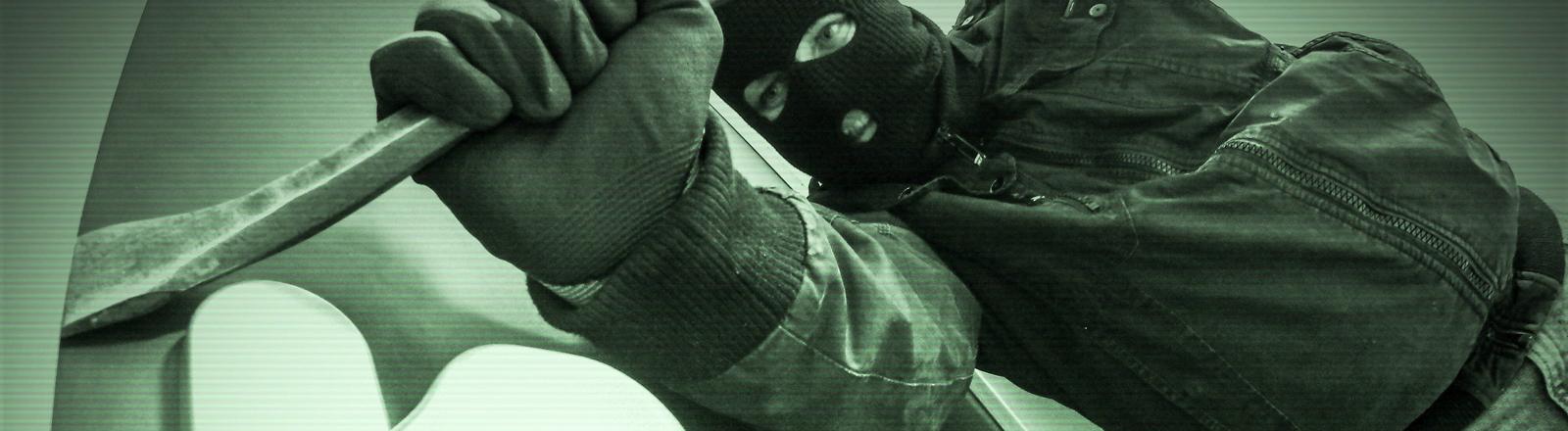 Einbrecher wird von einer Kamera gefilmt.