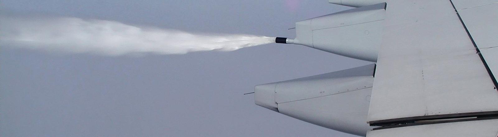 Flugzeug lässt Kerosin ab.
