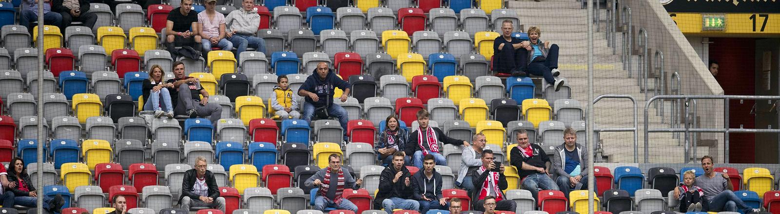 Fast leere Zuschauerränge bei einem Bundesligaspiel.