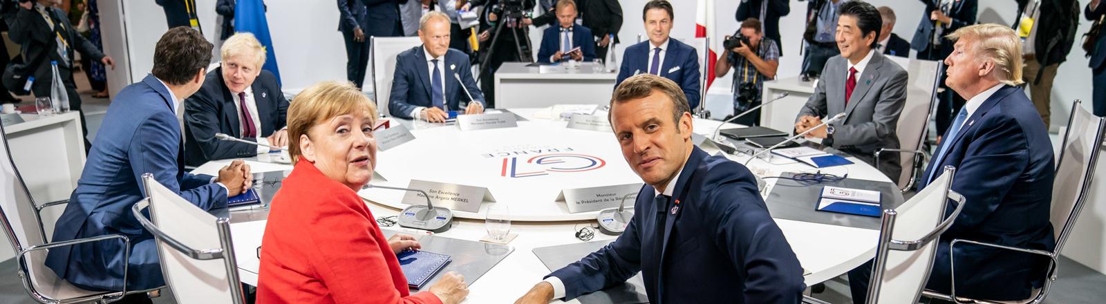 Die Staats- und Regierungschefs der sieben führenden Industrienationen an einem Konferenztisch.