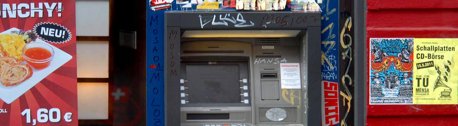 Geldautomat mit Graffitis.
