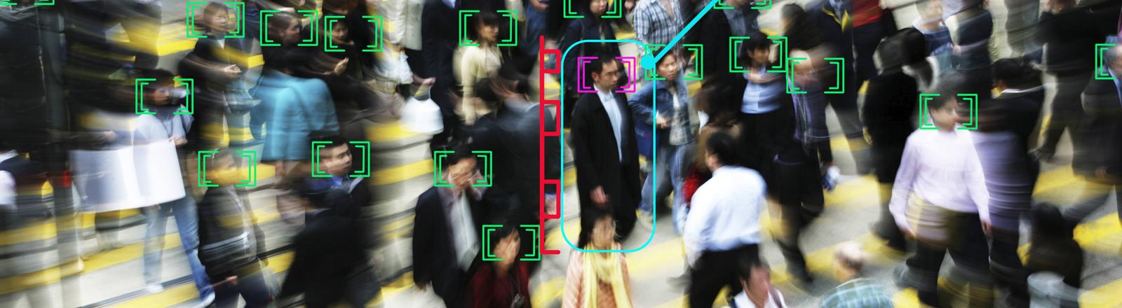 Foto von Menschen, die Gesichter sind über eine Kamera erfasst.