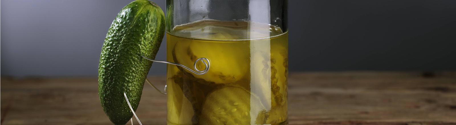 Gurkenwasser im Glas