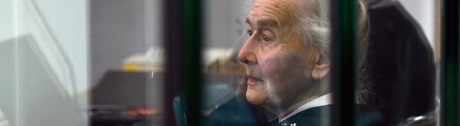 Alte Frau in einem Gerichtssaal.