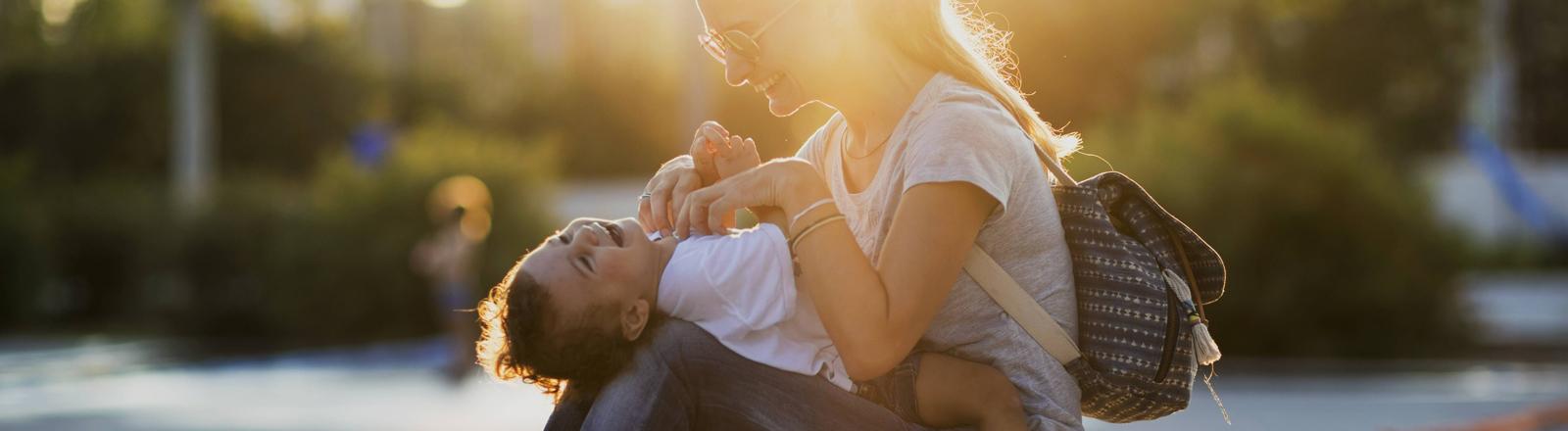 Mutter kitzelt ihr Kind